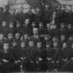 Александр Юрлов среди  воспитанников хоровой  школы при Ленинградской  академической капелле  (четвертый справа в  верхнем ряду)